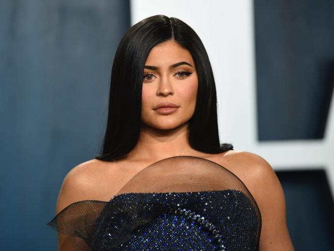Kylie Jenner dẫn đầu với doanh thu 590 triệu USD. Có thể thấy những thương vụ bán cổ phần công ty mỹ phẩmđã giúp Kylie kiếm về con số không nhỏ. Ngoài ra cô còn thu lời từquảng cáo sản phẩm trên Instagram,quảng cáo và kinh doanhmặt hàng làm đẹp.