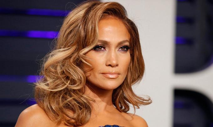 Việc chăm chỉ đóng phim, đi lưu diễn và làm giám khảo show truyền hình về khiêu vũ, giúpJennifer Lopez kiếm được 47,5 triệu USD.Ngoài ra,cô biểu diễn trong giờ giải lao sự kiện Super Bowl. Tour diễn vòng quanh thế giới của nữ ca sĩ thu hơn 55 triệu USD trong năm qua.