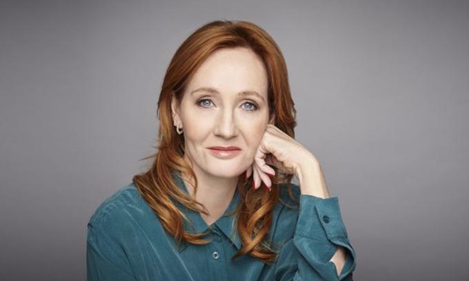 Nhà văn J.K Rowlingthu 60 triệu USD. Số tiền này kiếm được từ tiền bán sách và bản quyền các tác phẩm thành phim, trò chơi, trong đó chủ yếu là từbộ truyện nổi tiếng