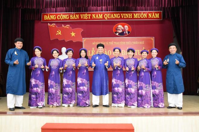 Nam cán bộ, công chức Sở VH - TT Thừa Thiên - Huế trong trang phục áo dài ngũ thân truyền thống.