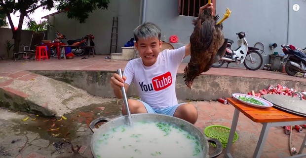 Nấu cháo với con gà còn nguyên lông.