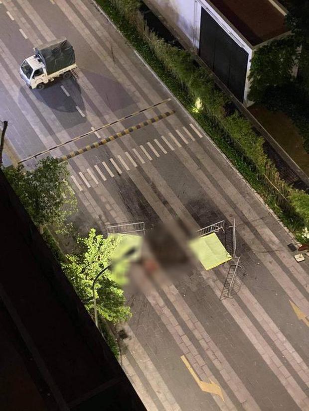 """Hai người nhảy từ chung cư cao tầng xuống đường tử vong, để lại mảnh giấy """"We are not die"""""""
