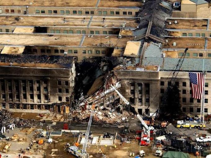 Các đặc vụ FBI, lính cứu hỏa, nhân viên cứu hộ và kỹ sư làm việc tại hiện trường .