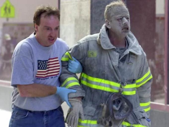 Lính cứu hỏa và một người dân rời khỏi hiện trường. Ảnh: NY Daily News Archive