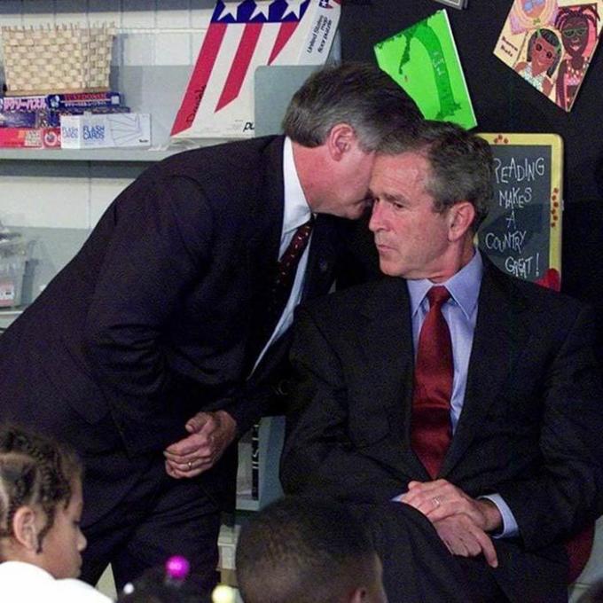 Cựu chánh văn phòng Nhà Trắng Andy Card thông báo cho Tổng thống George W. Bush về vụ khủng bố ở Trung tâm Thương mại Thế giới khi ông đang thăm trường tiểu học Emma E. Booker ở Sarasota, Florida. Ảnh: AAP
