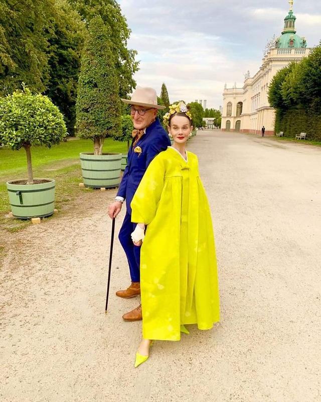 Vợ chồng U80 gây sốt vì ăn mặc quá sành điệu và sang chảnh
