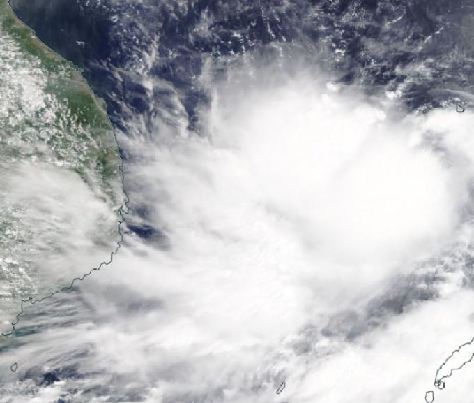 Hình ảnh vệ tinh của bão số 5 đang tiến dần vào đất liền các tỉnh miền Trung nước ta lúc rạng sáng 17/9. Ảnh: NASA.