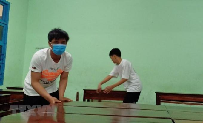 Người dân tại điểm sơ tán tại trường THCS Phạm Ngọc Thạch (phường Nại Hiên Động, quận Sơn Trà) sắp xếp chỗ nghỉ.(Ảnh: Võ Văn Dũng/TTXVN)