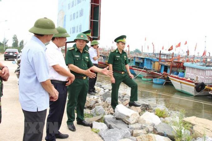 Kiểm tra công tác phòng chống bão tại các địa phương, khu neo đậu tàu thuyền và khu nuôi trồng thủy sản. (Ảnh: Võ Dung/TTXVN)