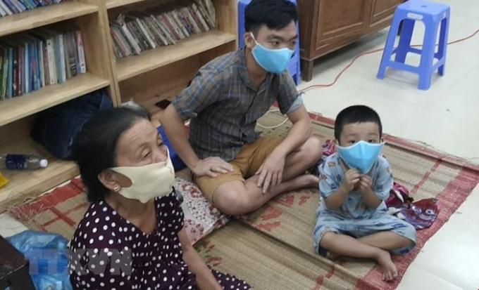 Người dân tránh bão tại điểm sơ tán phường Thọ Quang (quận Sơn Trà, thành phố Đà Nẵng).(Ảnh: Võ Văn Dũng/TTXVN)