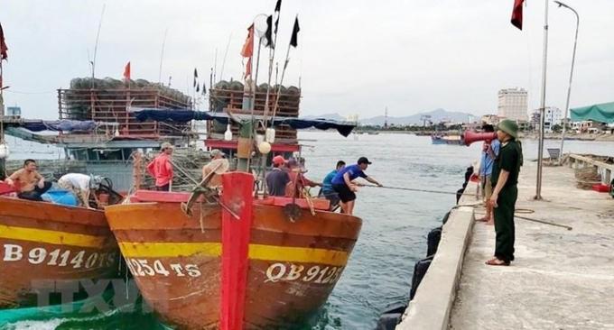 Lực lượng Bộ đội Biên phòng Quảng bình tích cực kêu gọi, hướng dẫn ngư dân neo đậu, chằng chống tàu thuyền an toàn.(Ảnh: Võ Dung/TTXVN)