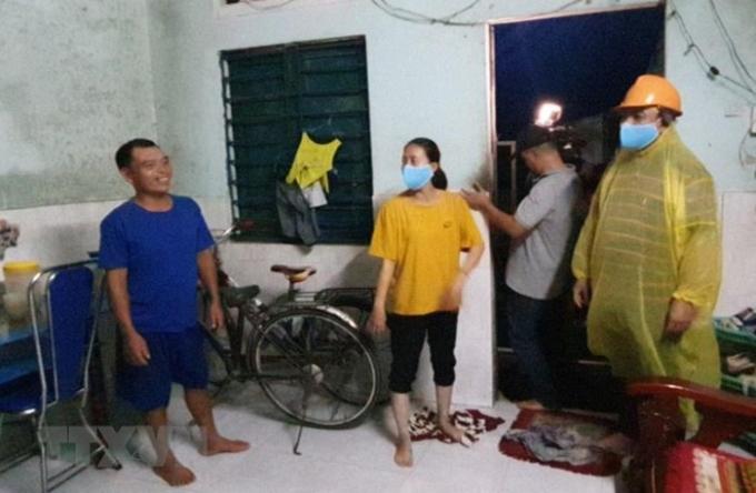 Lực lượng chức năng phường Thọ Quang (quận Sơn Trà) vận động người dân đến điểm sơ tán. (Ảnh: Võ Văn Dũng/TTXVN)