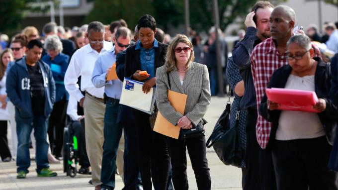 Tỷ lệ người lao động mất việc làm do COVID-19 ở Mỹ tăng cao đột biến