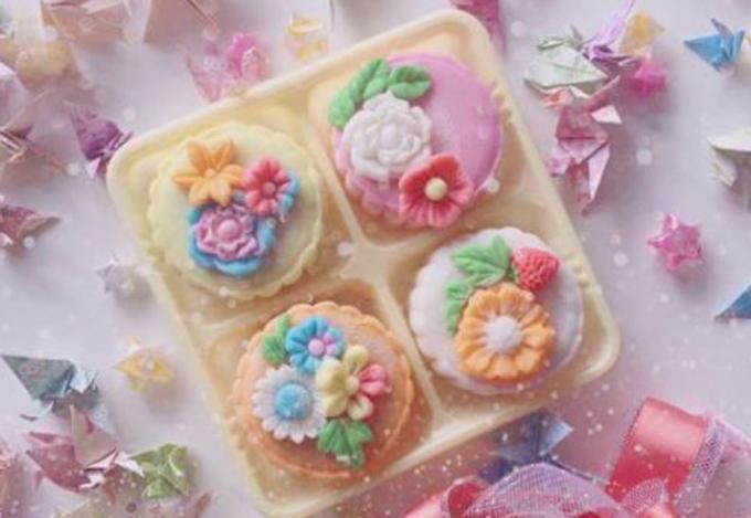 Bánh còn có hình hoa. (Ảnh: Vietnambiz)