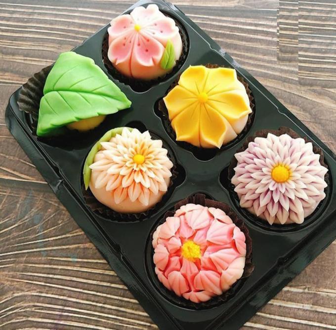 Nhân bánh thường được làm bằng đậu đỏ, trà xanh, đậu xanh lá dứa... (Ảnh: Py Fam)