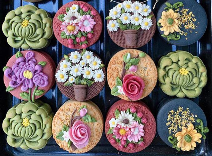 Những chiếc bánh làm thủ công (handmade) mang vẻ đẹp độc đáo, không trùng lặp nhau. (Ảnh: Eva)