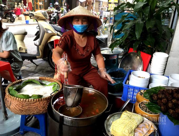 Quán bún ốc ở phố Nguyễn Siêu hơn 3 thập kỷ vẫn giữ được hương vị gia truyền