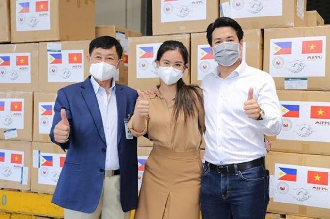 Gia đình Tiên Nguyễn có nhiều đóng góp cho hoạt động chống dịch Covid-19 ở trong và ngoài nước. Ảnh: @tiennguyenn, @ippg_vietnam.