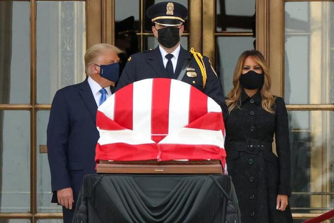 Tổng thống MỹDonald Trumpvà đệ nhất phu nhân Melania đứng trước linh cữu của cố Thẩm phán Ginsburg.