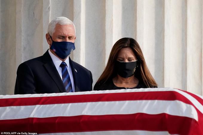 Vợ chồng Phó tổng thống Mike Pence bước qua quan tài được phủ quốc kỳ Mỹ của bà Ginsburg.