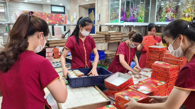 Những cửa hàng bánh Trung thu nổi tiếng khắp 3 miền, khách xếp hàng đông nghẹt tuyến phố