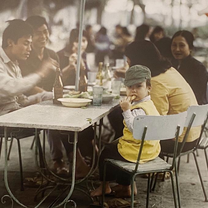 Người dân ăn sáng ở khu vực hồ Hoàn Kiếm năm 1975.