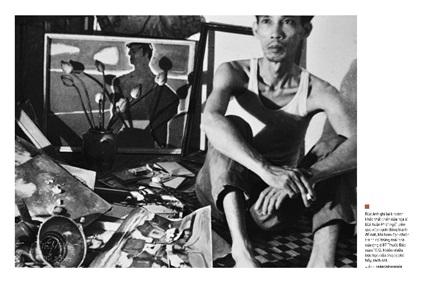 Khoảnh khắc thất thần của họa sĩ Bùi Xuân Phái ngồi trên gác xép cạnh đống đồ đạc, khi bom đạn chiến tranh rơi trúng mái nhà 87 Thuốc Bắc năm 1972, khiến nhiều bức họa của ông bị rách nát.