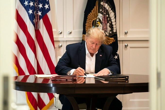 Nhà Trắng bị nghi ngờ dàn dựng cảnh ông Trump làm việc chăm chỉ khi đang điều trị Covid-19