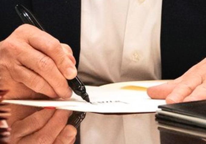 Phân tích ảnh của một người dùng Twitter cho thấy tờ giấy mà Tổng thống Mỹ ký tên không có nội dung phía trên. Ảnh: Twitter/NYSouthpaw