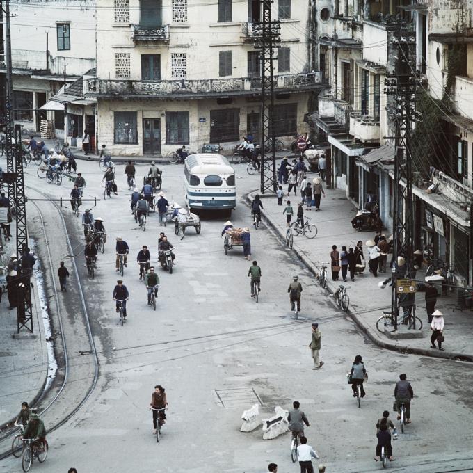 Trên đường phố Hà Nội năm 1975, người dân chủ yếu di chuyển bằng xe đạp, xích lô hoặc đi bộ.