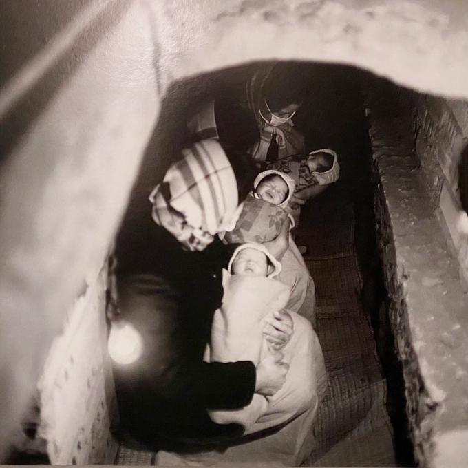 Những đứa trẻ ra đời trong hầm tránh bom năm 1967.