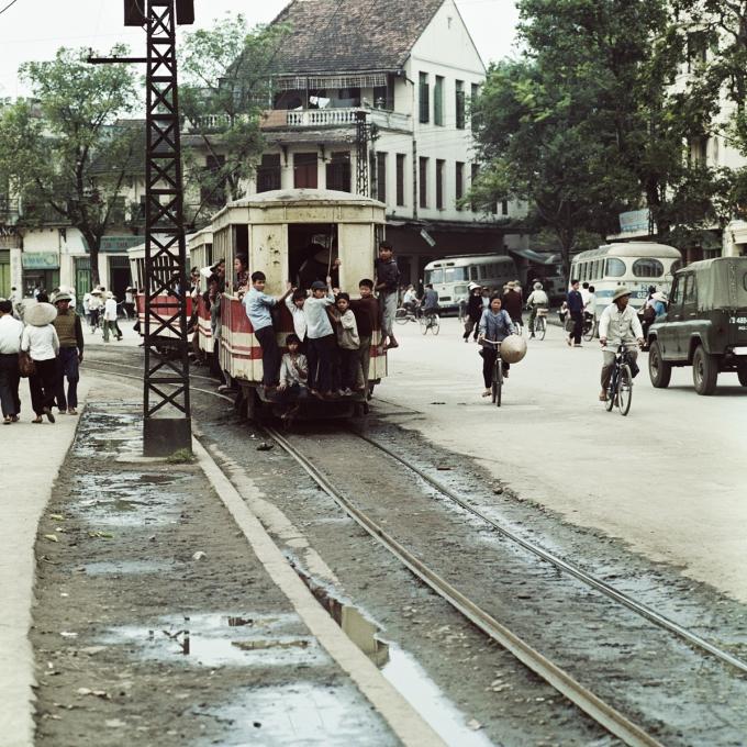 Tàu điện trên đường phố Hà Nội năm 1975. Tháng 5/1900, người Pháp xây dựng nhà máy xe điện Hà Nội và lắp đường ray. Từ đó, tàu điện trở thành phương tiện công cộng phổ biến của người dân thủ đô trong thế kỷ 20.
