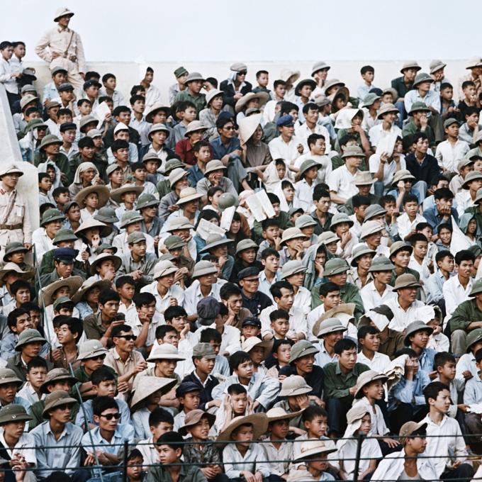 Người dân tập trung theo dõi bóng đá trên sân vận động Hàng Đẫy năm 1975.Sân vận động khánh thành tháng 8/1958 với diện tích 21.844 m2, có 14 cửa nhỏ và ba cửa lớn,sức chứa hơn 20.000 người.