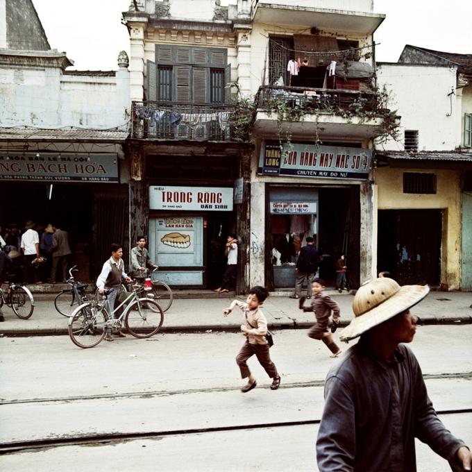 Phố Hàng Đào năm 1975. Hàng Đào tên thời Pháp thuộc là Rue de la Soie (phố bán lụa), dài 260 m, nằm ở phía Bắc Hồ Gươm. Nơi đây được coi làtrục đường chính của 36 phố phường. Phố nổi tiếng với nghề nhuộm, buôn bán lụa.