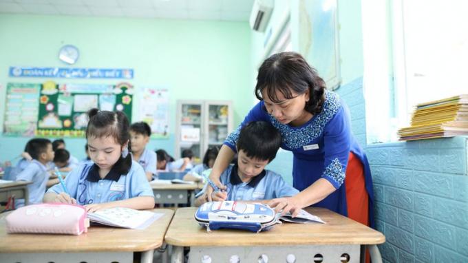 Chương trình lớp 1 mới bị cho là quá tải khiến nhiều phụ huynh và học sinh bị áp lực