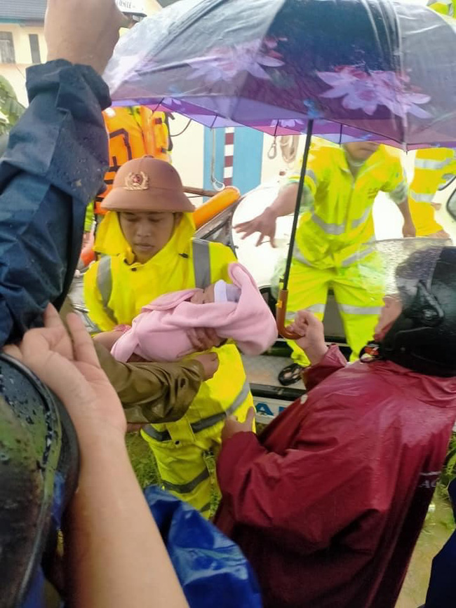 Cháu bé mới sinh không lâu được lực lượng chức năng di tán đến nơi an toàn.