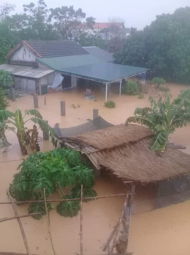Nước lũ ngập gần đến nóc nhà dân.
