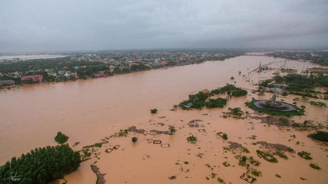 Toàn bộ Thị xã Quảng Trị chìm trong màu vàng đục của nước lũ.