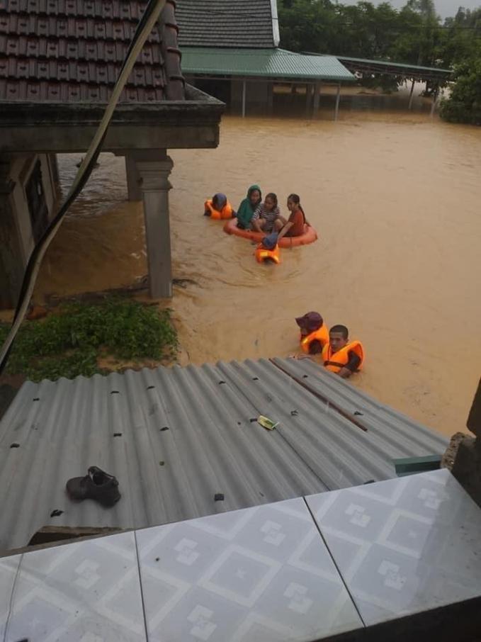 Hình ảnh miền Trung ngập trong biển nước, người dân phải sơ tán lánh nạn