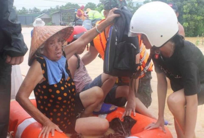 Lực lượng chức năng sơ tán người dân vùng ngập lụt.