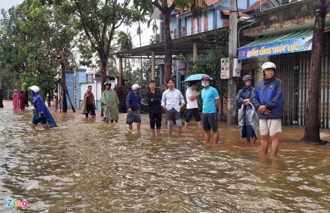Tuyến quốc lộ 1 qua thị xã Hương Trà ngập sâu, hàng trăm ôtô dừng chờ nước rút