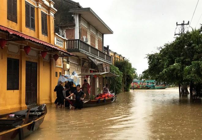 Hội An nước ngập khiến người dân phải dùng thuyền để đi lại.