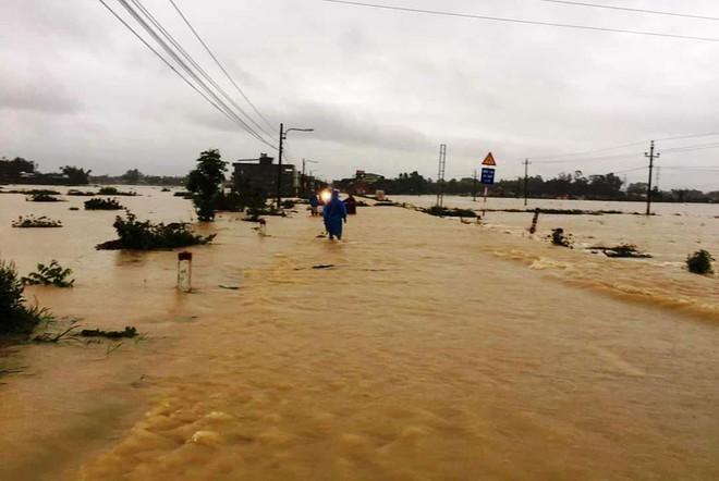 Dòng nước chảy xiết có thể cuốn trôi người đi đường.