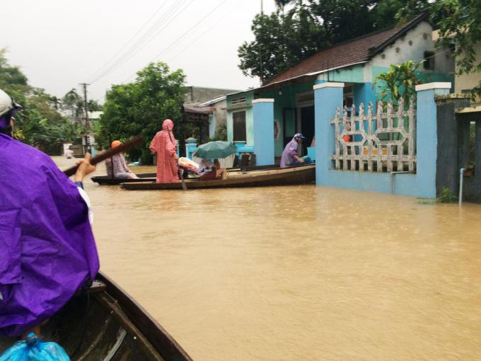 Lũ ngập nhà ở xã Đại Nghĩa, huyện Đại Lộc, người dân phải đi gh
