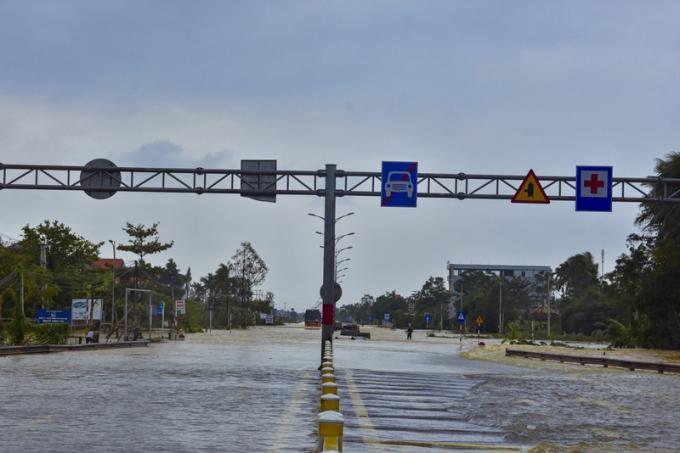 Theo dự báo, các sông tại Thừa Thiên - Huế vào trưa vào chiều nay sẽ tiếp tục lên cao vì nước từ các hồ chứa đổ về cộng với trời mưa lớn.