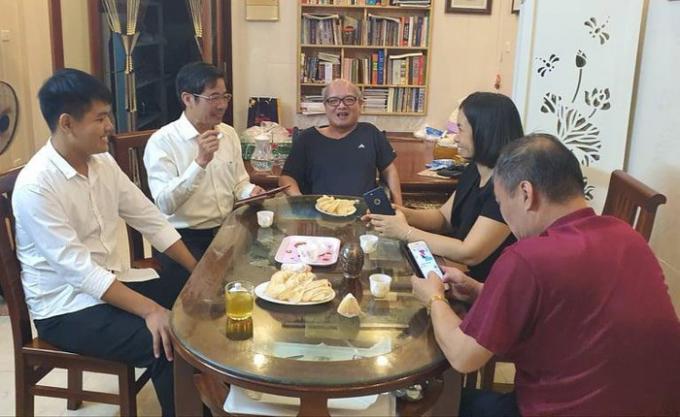 Thầy hiệu trưởng 30 năm 'cõng' bạn và duyên gặp gỡ với Ngô Minh Hiếu