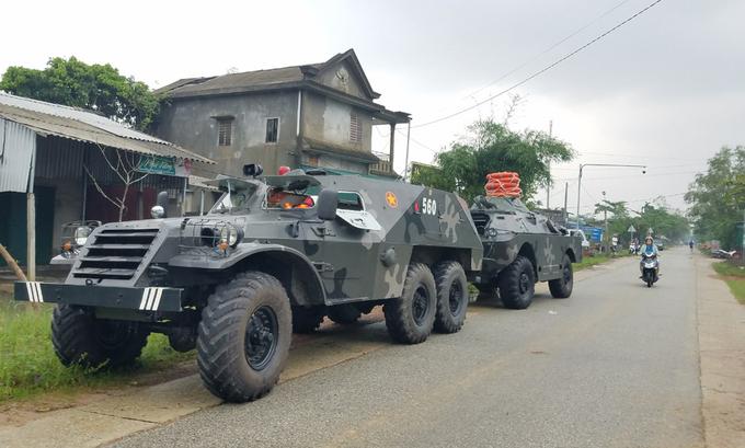Xe thiết giáp được điều đến trung tâm xã Phong Xuân (huyện Phong Điền) sẵn sàng tham gia cứu hộ, sáng 13/10. Ảnh: Đắc Thành.