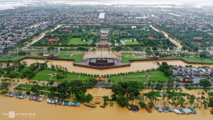 Mưa lớn kéo dài và lũ từ thượng nguồn sông Hương khiến Kinh thành Huế ngập nặng, có chỗ nước sâu hơn nửa mét.