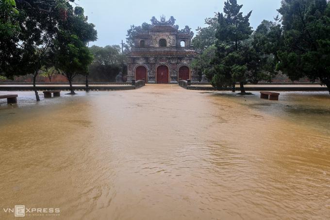 Cửa Hiển Nhơn nằm ở phía Đông của Hoàng cung Huế gần đường Đoàn Thị Điểm.