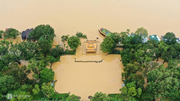Nghinh Lương Đình nằm bên dòng sông Hươngvẫn ngập sâu trong nước lũ.